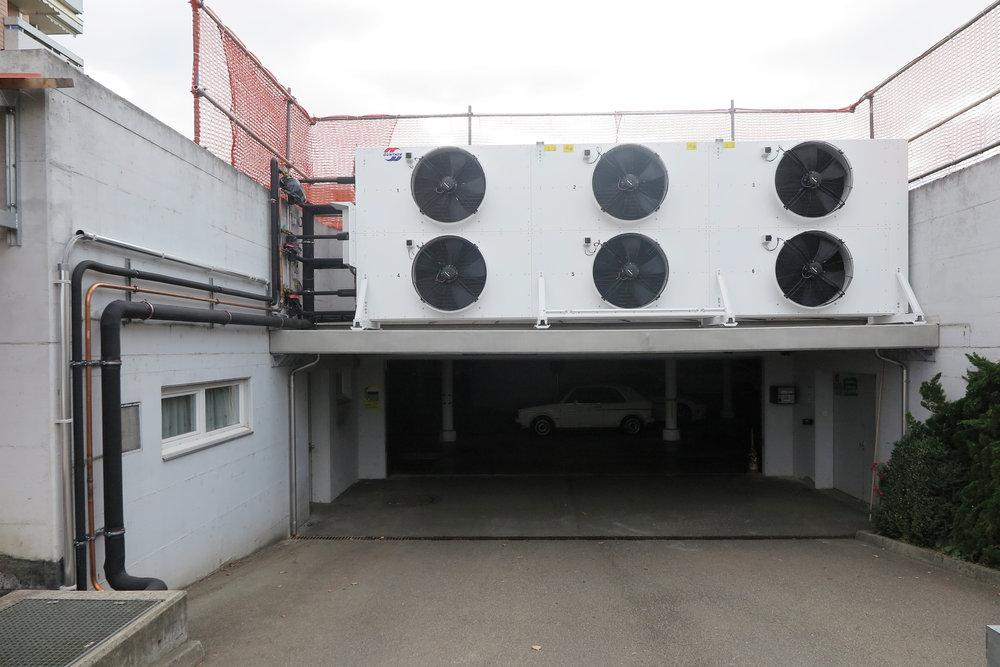 Ausseneinheit der Wärmepumpe über der Garageneinfahrt