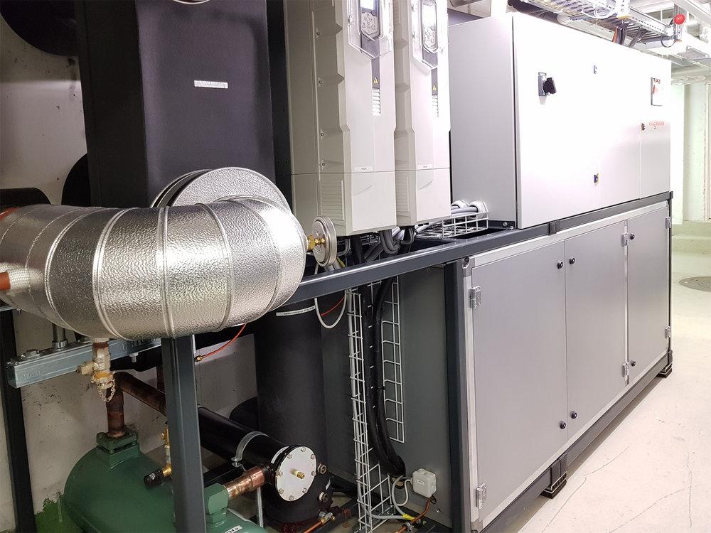 Heizzentrale nachher Die neue Wärmepumpe hat eine Heizleistung von 250kW.