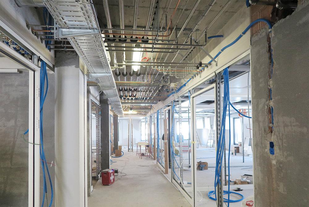 Sanitär-, Kaltwasser- und Medizinalgasinstallationen im Korridorbereich in der Doppeldecke eingelegt
