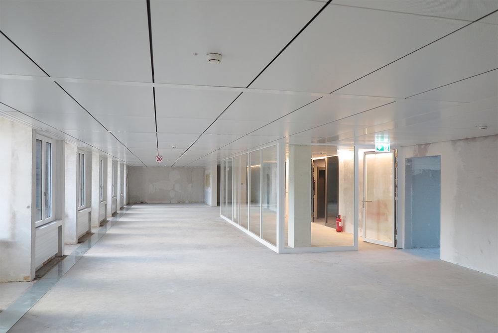 Bürogeschoss mit Kühldecken nach dem Umbau. Die Lüftungsanlage ist eine reine Hygienelüftung. Wärmelasten werden über die Kühldecke abgeführt.