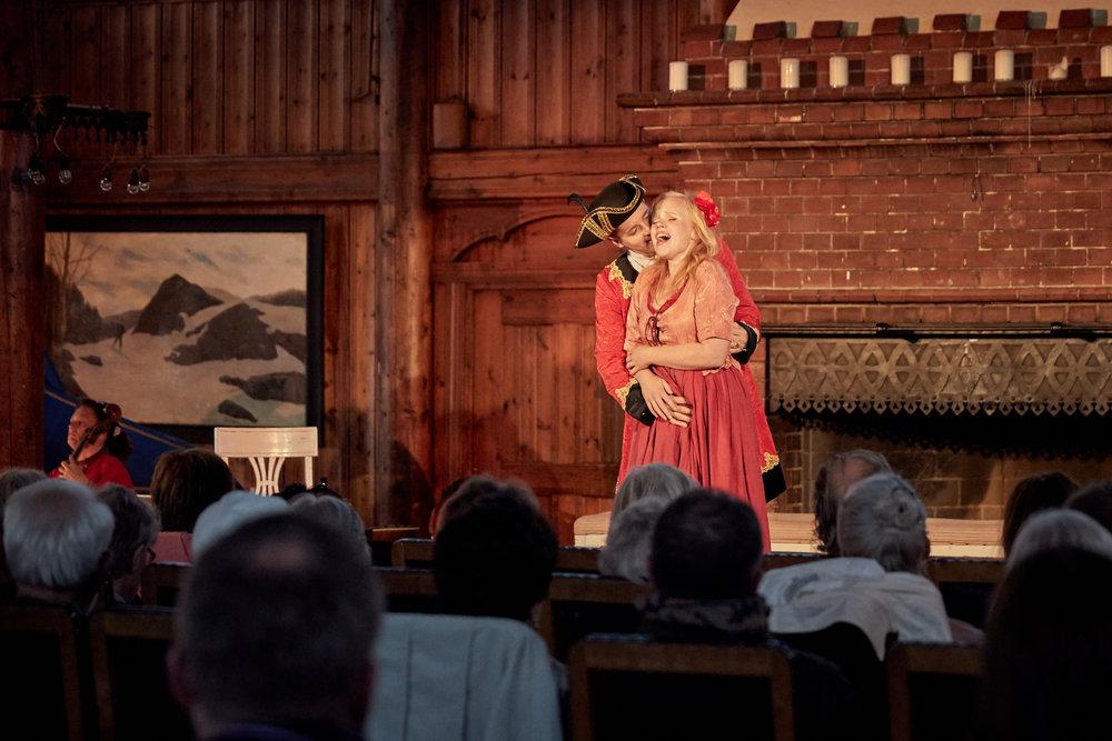 Godeier Milovid (Mikkel Skorpen) og Ljubima (Beate Mordal) fra premièren (foto Kristoffer Sandven)