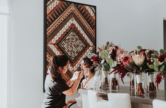 #weddingwednesday // behind the scenes peek at bridal beauty prep at Polo Villas via @sittingprettybeautylounge 🖤 #polovillas #weddingvenue #laquinta