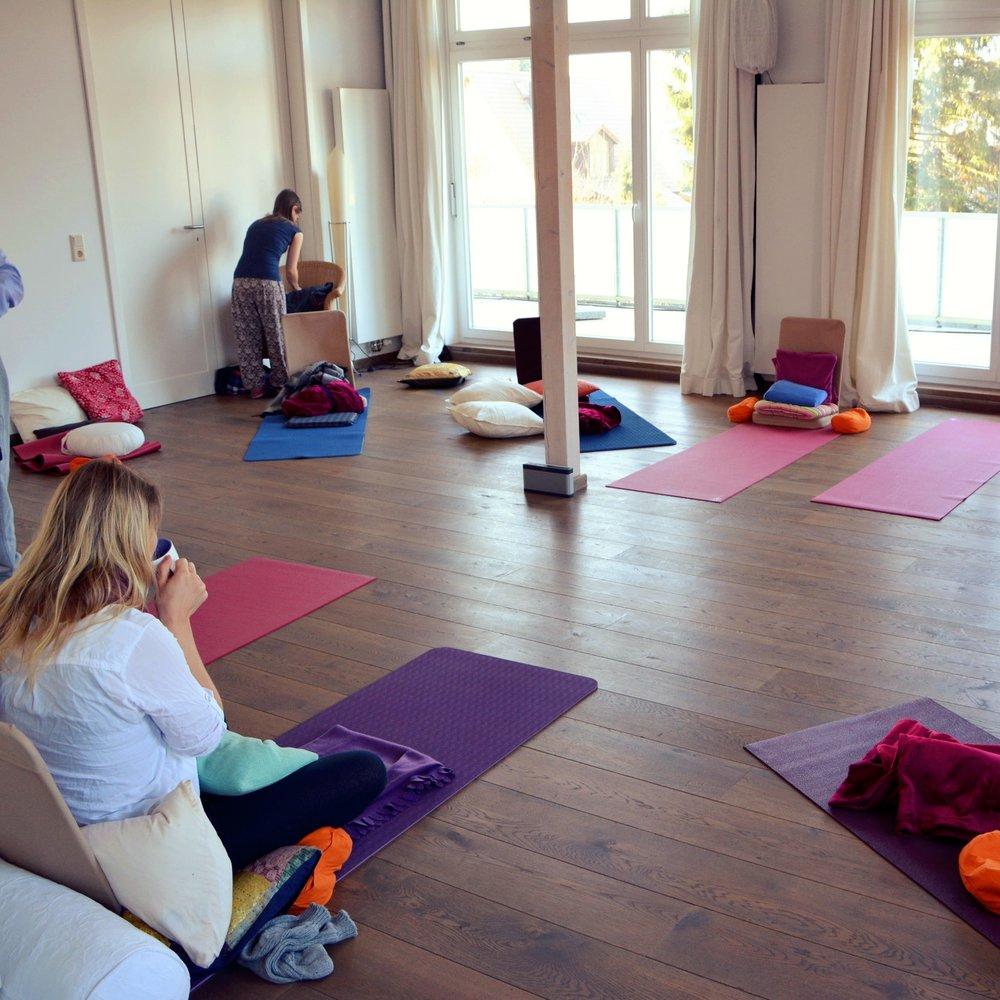 Meditation - Kurse  Reiki und Meditation sind für uns eng miteinander verbunden. Reiki ist ein hervorragender Einstieg in Meditation. Meditation und Reiki sind eine wunderbare Ergänzung füreinander und Unterstützung regelmäßiger Achtsamkeits- und Meditations-Praxis.  Unter diesen Links und Im   Terminkalender     erfährst du mehr über unsere   regelmäßigen Meditationsabende   mit zeitgemäßen aktiven Methoden, weitere Events und   Meditationswochenenden   (Workshops) in Hamburg.