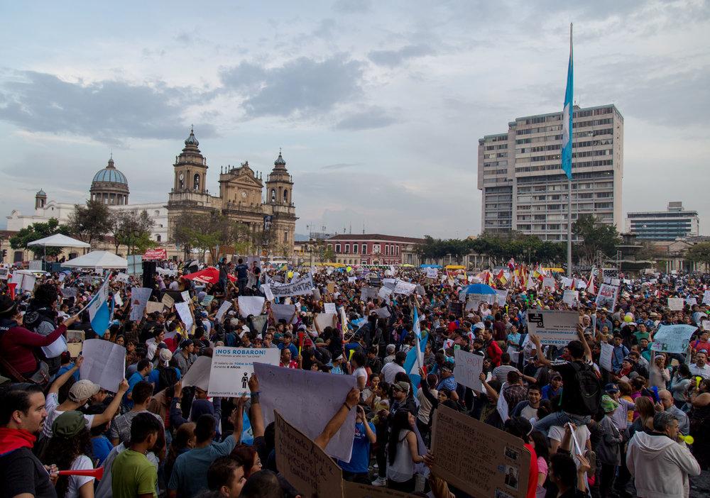 Junio e 2015, Ciudad de Guatemala. Los hallazgos del Consejo Internacional contra la impunidad de la posguerra desencadenaron una movilización masiva contra la corrupción y la impunidad del gobierno. Foto tomado por Tomas Ayuso.