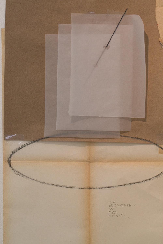detalle de  Retrato hablado ,Mauricio Kabistán,Instalación,Dimensiones variables   La primera vez que escuché sobre la  galería el laberinto y el trabajo de Janine Janowski fue a través de las anécdotas de otros artistas,historias sobre las Vivencias y los proyectos experimentales que se realizaron durante ese periodo; una historia oral que ha ido evolucionando con el paso del tiempo y que ha llegado a variar en la proyección mental de cada persona que lo escucha.   Retrato hablado es un ejercicio de reconstrucción gráfica a través de los testimonios de los artistas y gente que trabajó o estuvo ligada a la galería. Con la ayuda de un artista experto en el dibujo se haráuna instalación en la pared con bocetos, notas y demás elementos que ayude a crear un mapa gráfico y mental acerca de las obras realizadas durante las Vivencias de la galería misma, de Janine y su legado.