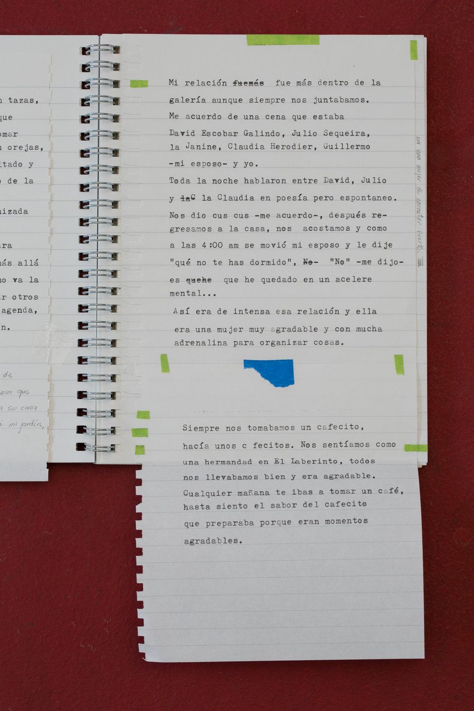 Ritual ,Abigail Reyes,Performance,Dimensiones variables   Al escuchar las experiencias de artistas que trabajaron en la galería el laberinto, me interesó conocer sobre Janine Janowski como galerista y, también, como ser humano. En las entrevistas con los artistas, preguntándoles de su relación con Janine, un elemento que se repite es el momento de tomar café, descrito como una especie de ritual que establecía una relación de uno a uno: un espacio y tiempo de convivencia, de intimidad, reflexión y profunda conexión humana.  Mi intención es, alrededor de esta idea, reunir los testimonios de los artistas y su propias memorias de ese momento específico, usando una libreta a manera de manuscrito de cuentos. También, observar qué conexiones generarán las personas que asistan a la exhibición con el momento de tomar café y provocar que puedan continuar escribiendo experiencias relacionadas con el laberinto, con Janine o con sus propias memorias alrededor de «la hora del café».