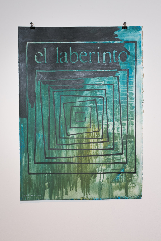 Sin título - Homenaje,Moisés Barrios,Acrílico sobre papel,50 x 70 cm   Esta pintura es una recreación del logotipo, muy geométrico y conceptual,de la galería el laberinto; una síntesis del espíritu y conocimiento del montaje de las obras en las exposiciones y del manejo muy responsable de las mismas. A la vez, es el recuerdo y mi percepción de un espacio que siempre estaba en cambios en su construcción,una galería work in progress. Quizá por el hecho de viajar una o dos veces al año a El Salvador, le ponía atención a la afición de Janine de contratar a algún arquitecto para diseñar los cambios;también, es que a mí no me gusta vivir en obras.En una época difícil por la guerra interna que se vivía tanto en El Salvador como en Guatemala, la galería el laberinto era el único espacio profesional y con criterio contemporáneo en la región. Realmente,daba gusto entrar. De regreso a Guatemala, les contaba a los amigos artistas y, de esa manera, algunos también empezaron a trabajar con Janine.  El legado de el laberinto es innegable. Personalmente, siempre recordaré a Janine, la época tan dura que nos tocó vivir y el esfuerzo que hacíamos para hacer arte y tratar de vivir de nuestro trabajo.Esta obra es un homenaje; también, es un agradecimiento a Janine,a su hospitalidad, a su inteligencia y amplitud intelectual.