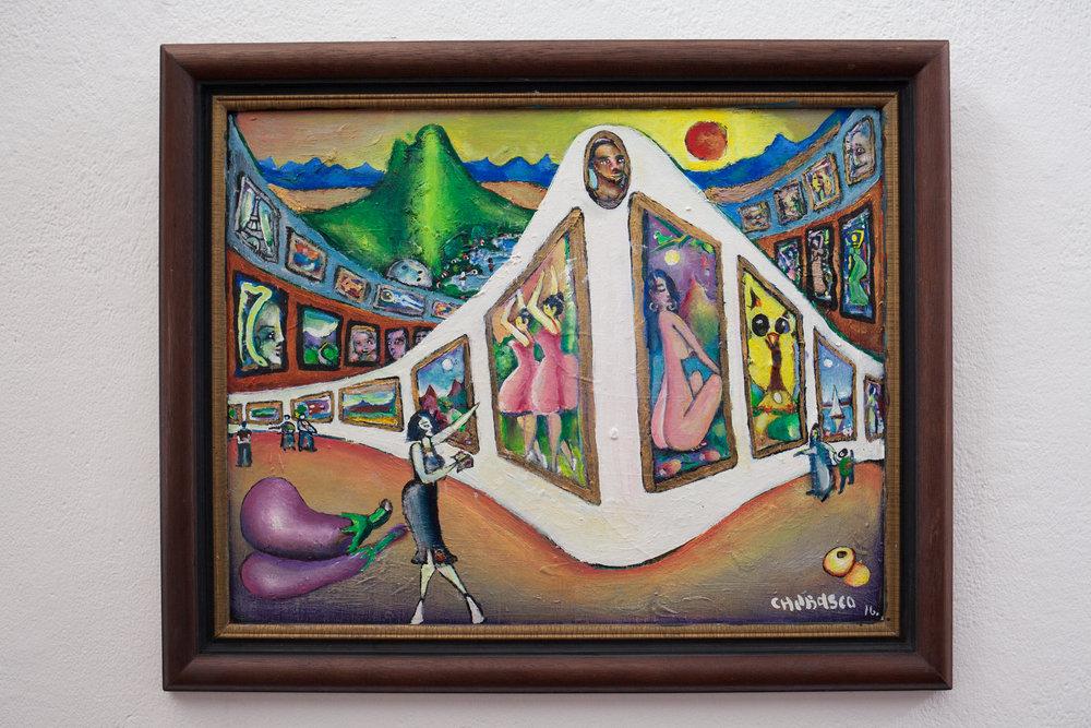 Galería laberíntica I ,Chubasco,Mixta sobre lienzo,47 x 36.5 cm   Puede parecer que esta pieza no tiene relación ni nexo con nuestra galería el laberinto; no es así. Su composición fue ya pensando en esta muestra, en producir una recopilación por decirlo así, de especificaciones que Janine buscaba en mi trabajo, así como algunos personales aspectos plásticos de su gusto: claroscuros, juegos de planos, contrastes y técnicas.Conocí a Janine a mediados de los 80 e intuí que el mitológico nombre de su galería aludía a los múltiples pasillos de un laberinto,la urgente necesidad de salir de él (lo establecido) en los variados estilos, búsquedas y tendencias plásticas de sus artistas. Al colaborar con ella, desde el principio de la siguiente década, continuécreyendo en tal analogía, aunque nunca escuché de su parte alguna relación al tema. Ahora creo en lo acertado de la comparación.¡Tenía razón! ¿Acaso no es la vida y el arte como una sucesión interminable de imágenes, sonidos, melodías, sensaciones, como las del espectador y el autor; imbuidos cada uno en su caos cotidiano, con sus alegrías y tristezas, calor y frío entre la multitud? Posiblemente,con reflejos del pasado y coloreados pigmentos del futuro, en un recorrido sin itinerario y sin fin… por una galería laberíntica.  Después de varios años de colaboración con ella y de llegar a considerarle casi como una mentora admirable y estimar en mucho su saber artístico-cultural, probado buen gusto y denotado esfuerzo por hacer algo mejor del arte salvadoreño; Debo decir: ¡gracias,Madame Janowski! Hasta otros planos de existencia.