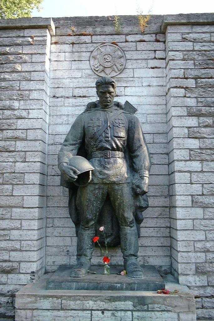 9027fda8486ddd9645e805e4438b2f4e--red-army-contemporary-sculpture.jpg