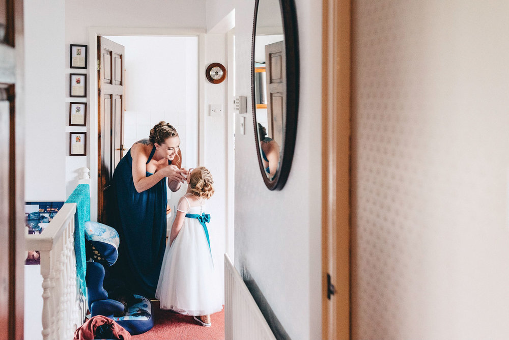 Mother helps her daughter in the morning of the wedding