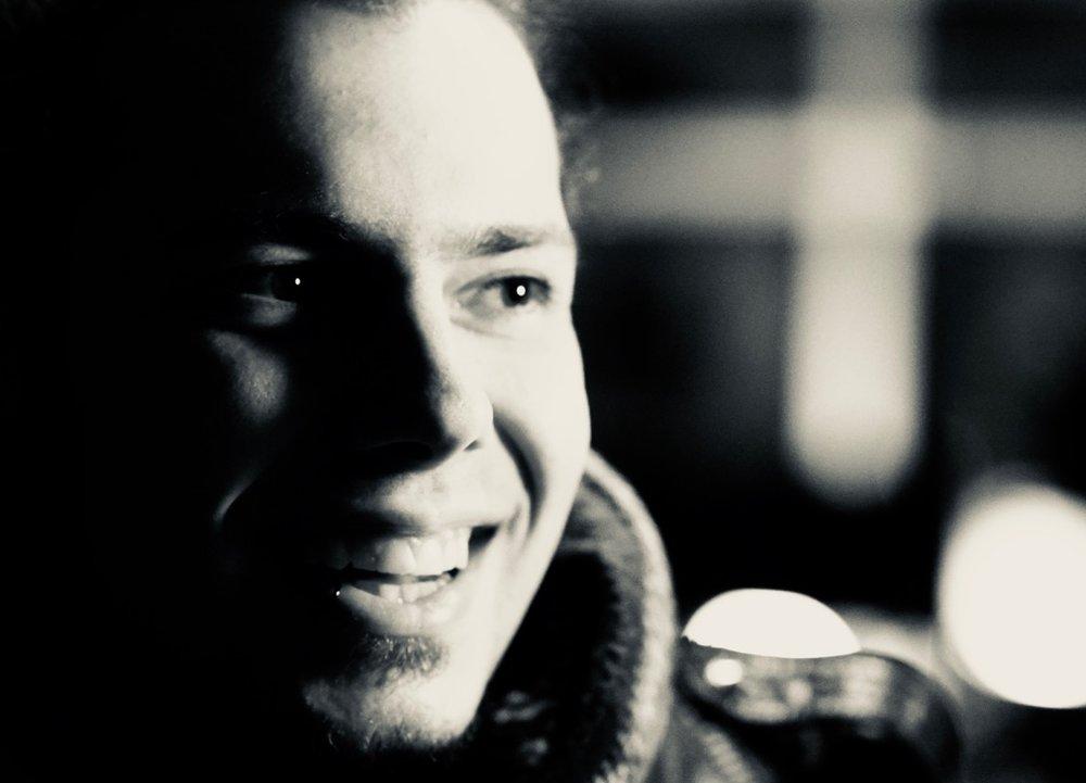 Chris - Vollblutmusiker.Spätestens als er mit 8 das erste mal mit den Toten Hosen auf der Bühne stand war sein Weg klar.Studium zum Toningenieur, Stationen in den Dorian Gray Studios in München,Jovel Tonstudio Münster sowie in den renomierten Principal Studios im Münsterland. Es folgten eigene Kompositionen, Bandprojekte und schließlich seine eigene Platte, die er im Tonstudio von Steffi Stephan produzierte.Chris ist leidenschaftlicher Musiker,Songwriter und Komponist.
