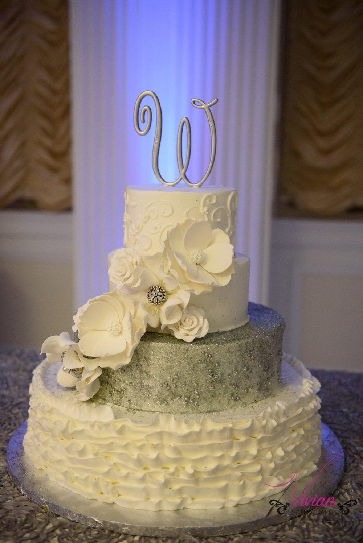 winter-wonderland-themed-wedding-cake.jpg