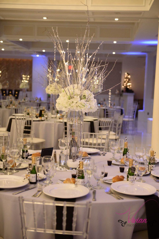 winter-wonderland-themed-table-setting.jpg