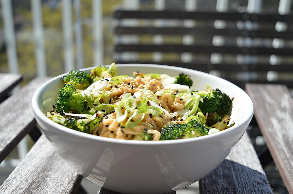 sesamnudelsallad med broccoli
