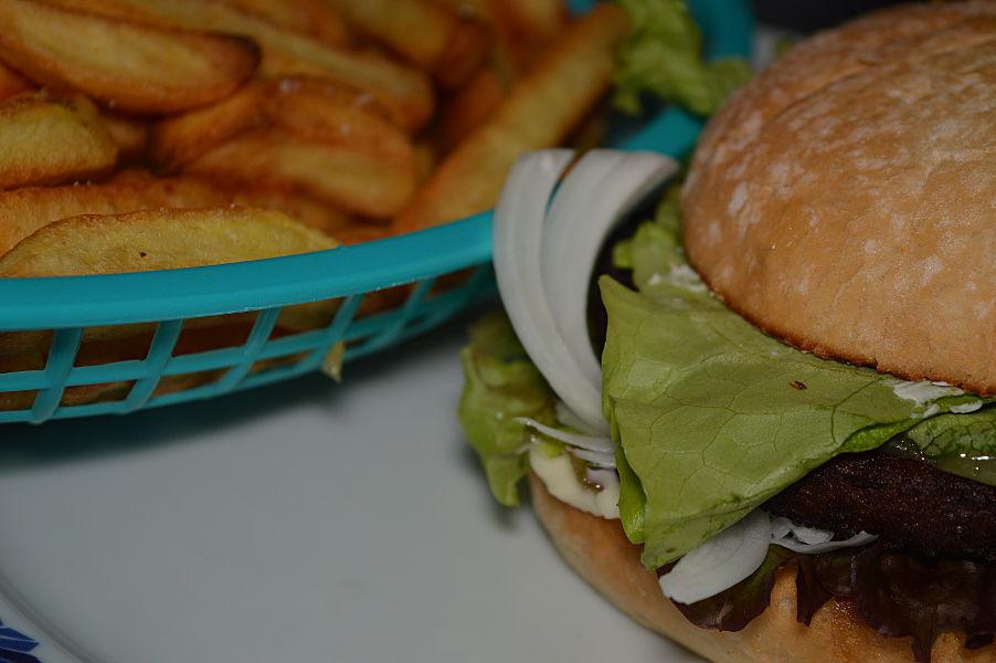 Vegetarisk hamburgare med pommes frites, silverlök, sallad, jalapeños och sallad