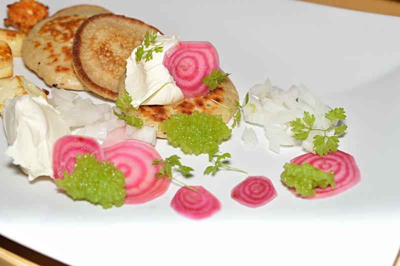 Blinier med smetana, polkabeta, kaviar och silverlök