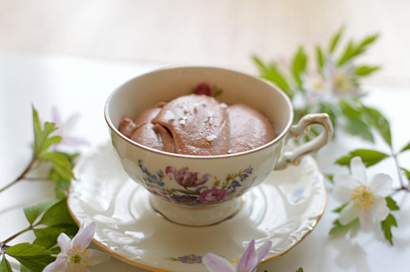 Chokladmousse med salt karamell i kopp