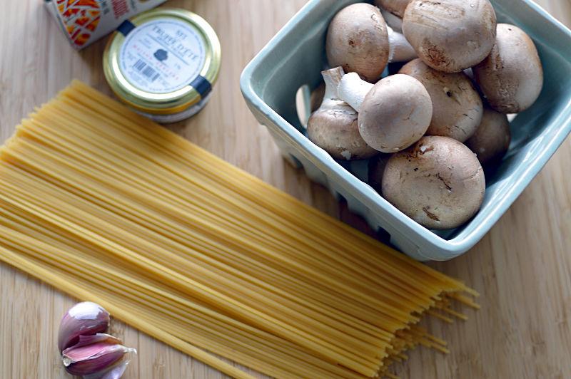 Ingredienser till tryffelpasta.