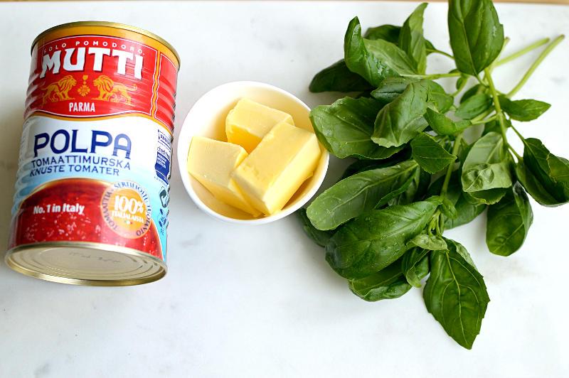 Krossade tomater, smör och färsk basilika blir en snabb och god tomatsås.