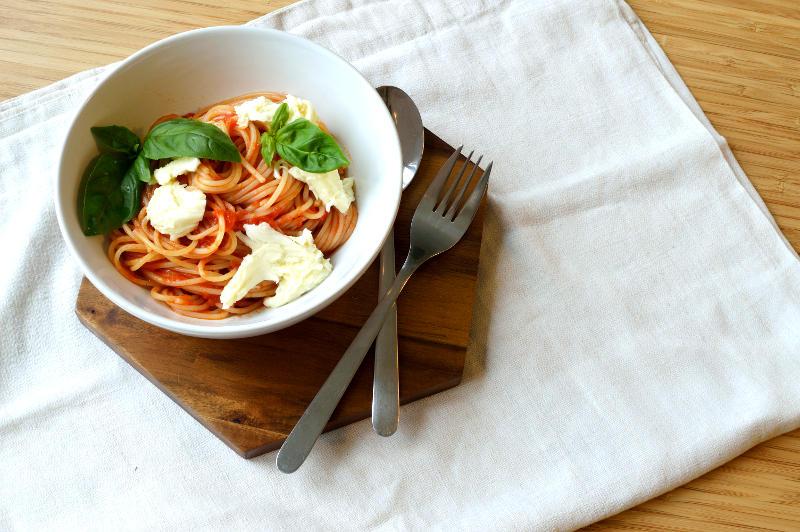 Enkel tomatsås med basilika och mozzarella