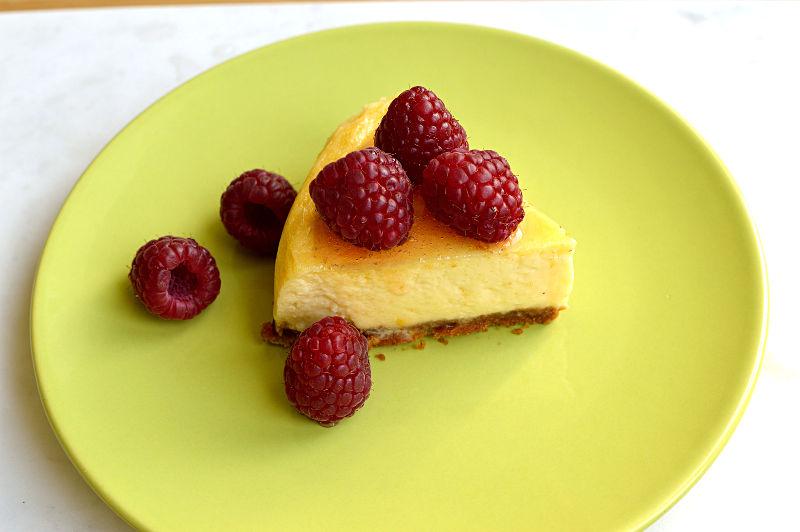 En bit cheesecake med hallon