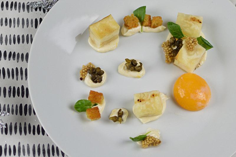 Rotselleri, äggula, friterad kapris och citronmajonäs
