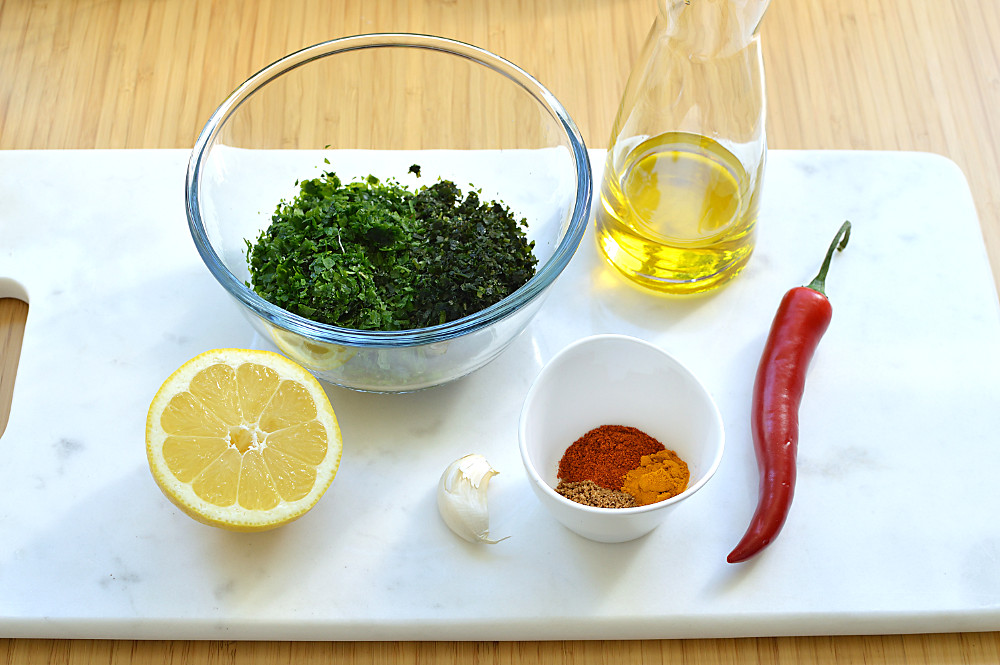 Koriander, persilja, citron, chili, vitlök, kryddor och olivolja är ingredienserna i chermoula.