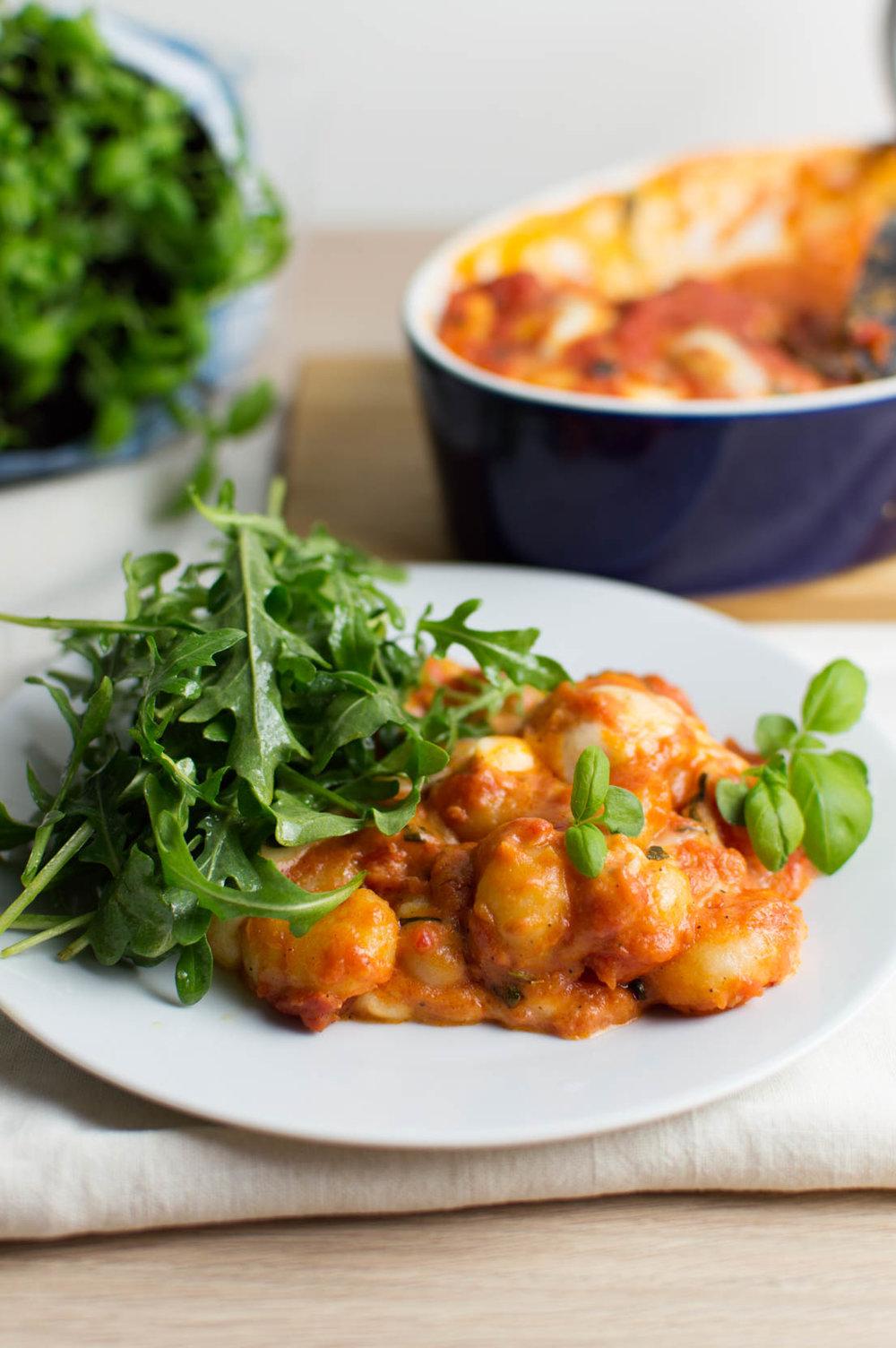 Gnocchi bakad i tomatsås med mozzarella och citrondressad ruccola