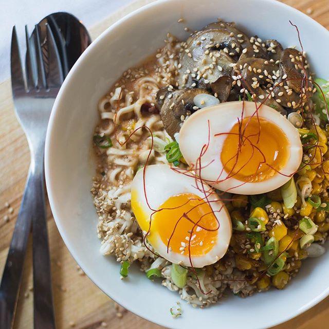 Sojapicklade ägg är årets första besatthet. Här med nudlar. Rekommenderas även ensamt med rostade sesamfrön. -åh nej- Är 2018 året jag blir en av dem som går runt med kokta ägg i väskan? 😱 • • • • • • • #vegetariskt  #ramen #eggs #pickles #vegetarian #ägg
