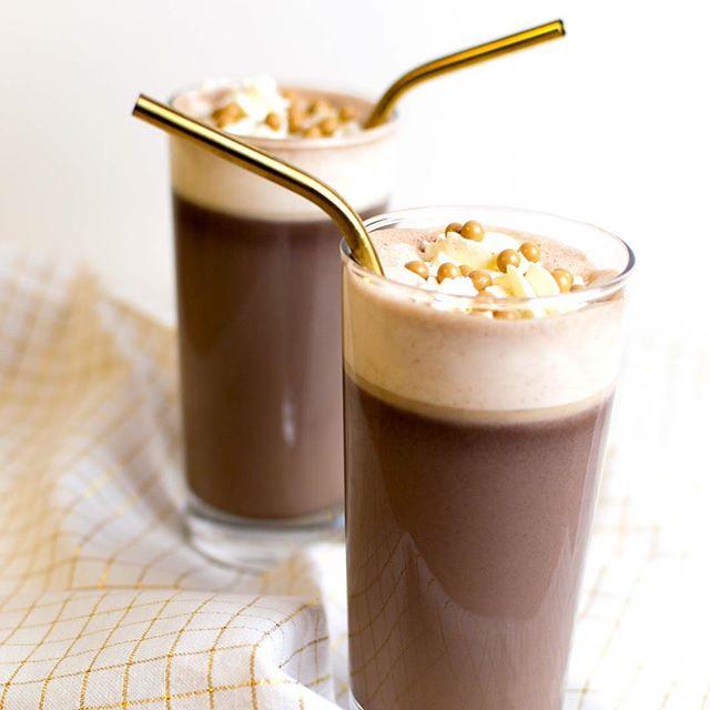Kanske lite tidigt för en #tisdagscocktail men här är söndagens varma choklad med hasselnötslikör. Jag smälte 100 gram mörk choklad i 7 dl mjölk och hällde i 1 dl frangelico. Sen vill man ju såklart ha grädde och pynt också. Oh, och ta en fetare/tjockare mjölk (växt eller ko), det blir godare så! 🍫🌰☕️ • • • • • • • #hotchocolate #chocolate #choklad #sweets #varmchoklad #yum