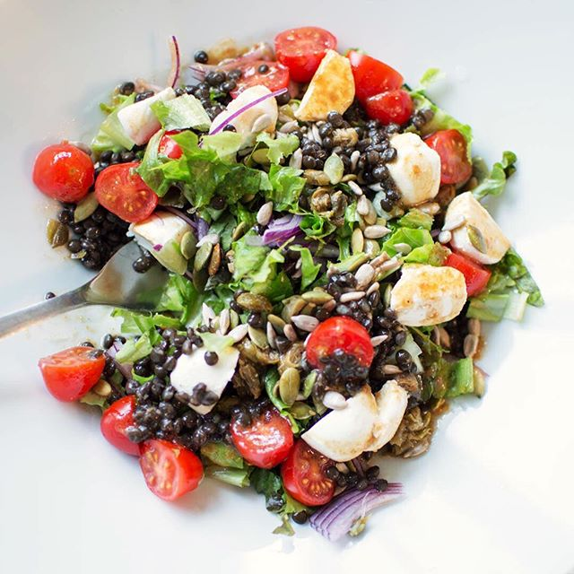 Är det dags att göra slut med vintern nu? Eller vinter förresten, här i Malmö verkar säsongerna vara vår, sommar, höst och november? Och november, är det nån som faktiskt gillar den månaden? Här är sommarmat: linser, tomat, bladgrönt (roligt ord, kan ju vara nästan vad som helst!) labneh och solrosfrön. Man vill inte äta sallad utan frön. 🌧🌫🥗 • #eattherainbow #vegetariskt #vegetarian #ostäralltidsvaret