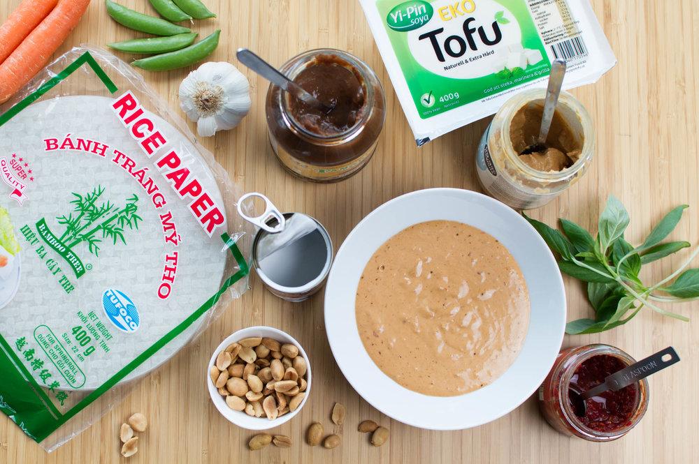 Ingredienser till sommarrullar: Tofu, tamarind- jordnöts- och kokossås, morötter, ärtskidor och thaibasilika
