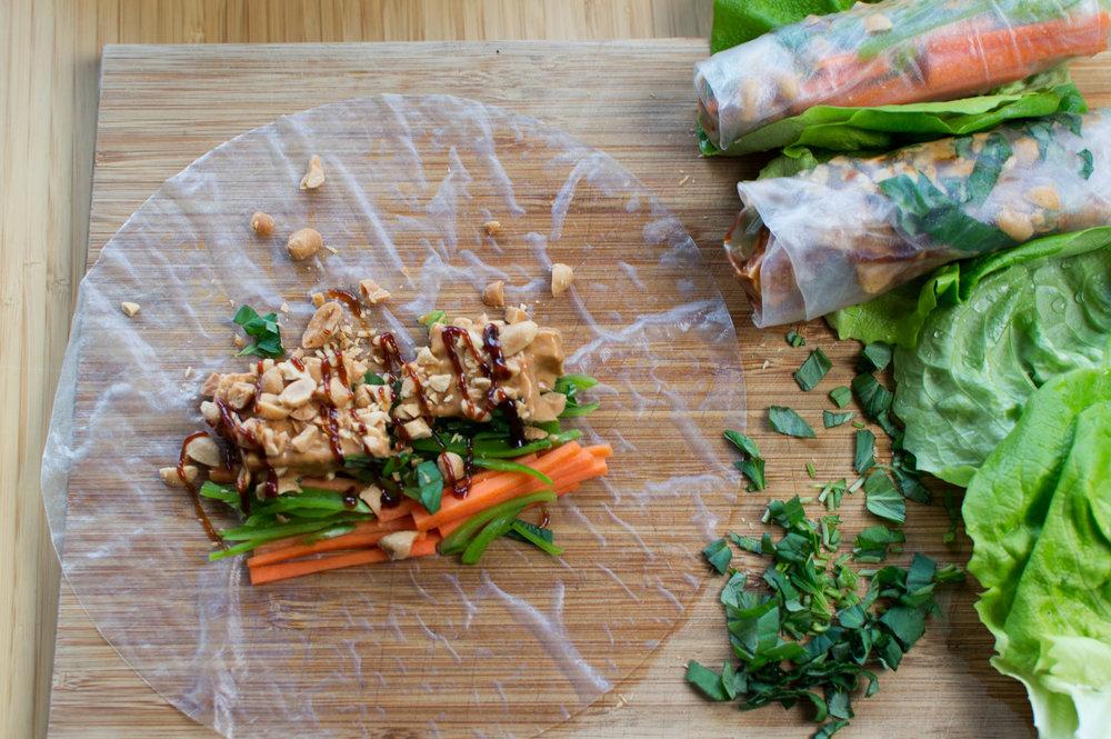 Tofu, morötter, ärtskidor och jordnötter i en sommarrulle som väntar på att rullas