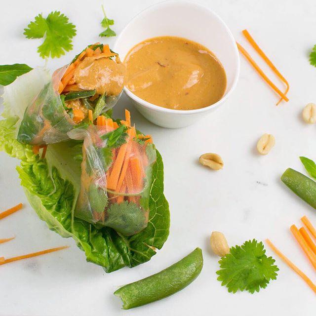 Om jag fortsätter laga sommarmat kommer den snabbare, visst? ☀️ • • • • • • #sommarrullar #vegan #veganskt #tofu #eattherainbow #peanuts #jordnötter
