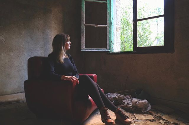 Have you wondered about the outside? @irianaslothbaby  ________________  #mentalhospital #leatherchair #softlight #window #itookapicture #asylum  #toen #canonm10 #ourense #galicia #galiza #europe #madhouse #mentalinstitution #creepy #portraitphotography #portraitphotographer #spain #espana #españa #chair #blonde #girlinaroom #eosm10 #espanha #spaingirls #artistfound #portraitmood