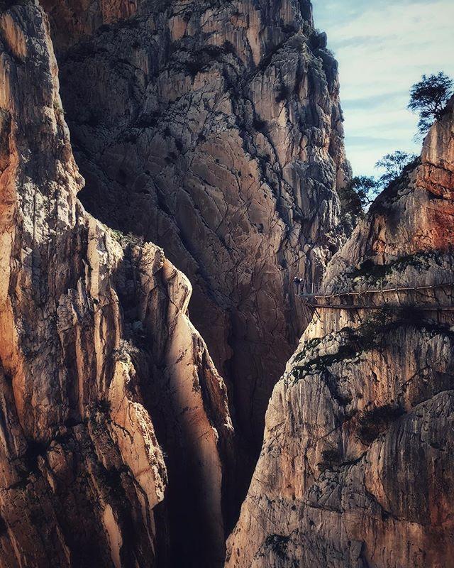 """Fear is a reaction. Courage is a decision"" (Churchill) . . #caminitodelrey #trail #hiking #travel #viajar #viaxar #españa #espana #spain #europe #spain❤️ #spaintravel #senderismo #camino #malaga #andalucía #caminito #mountains #cliff #courage #fear #adventurevisuals #adventure #iamtb #nature #actionshot #artistfound #igshotz"