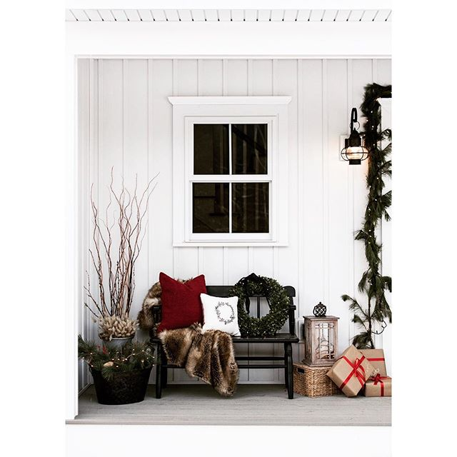 Some holiday cheer from the Pleasant River Farmhouse front porch🎄🎁🎄 . . . . . . Photo by @tessadmanning #modernfarmhouse #christmashome #whitefarmhouse #mainelife #mainehomes #mainehomesesign #interiordesign #generalcontractor #contractorsofinsta #buildersofig #buildwithpassion #mgmbuilders #mainemade #maine #windham #thisishome #mainebuilders #ourmodernfarmhouse