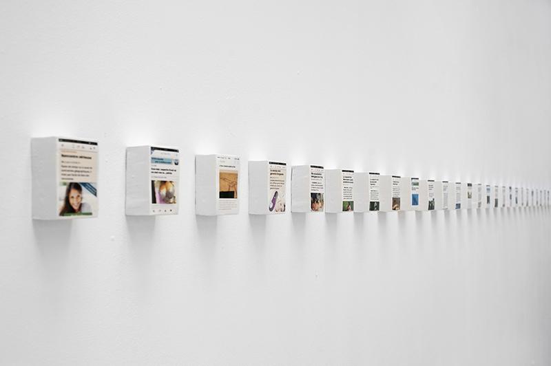 Réjean Peytavin,  E-NEWS , 2012-2015, faïence émaillée, 6 x 8,5 x 4 cm. Édition n°4, 43 exemplaires.