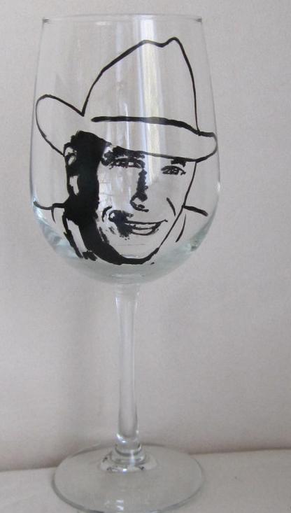 Voglia di Spritz? Puoi servirlo in un  bicchiere dipinto a mano  con la faccia rassicurante di George Strait.