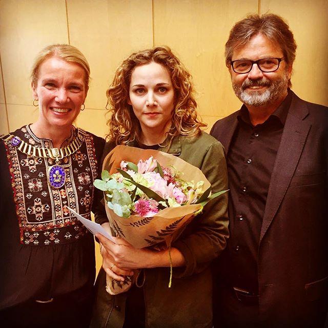Gratulerer til vår eminente hovedrolleinnehaver @silsalo som idag mottok Stavanger kommunes kulturstipend! 🎉🎉🍾🥂Utrolig vel fortjent! Her med ordfører @sagenhelgo og avtroppende kultursjef Rolf Norås😘 📸@rogoalandteater🙏🏻