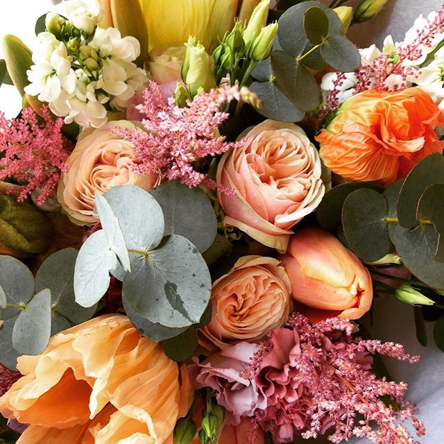 Bouquet du jour 🍃🌤🍑 Quelques couleurs chaudes pour apporter un peu de douceur et vous souhaiter un joli premier jour du printemps  #flowers #fleurs #florist #fleuriste #ilovemyjob #paris #picsoftheday #pavot #orange #rose #eucalyptus #spring #printemps #sweetness #sweet #goodtimes