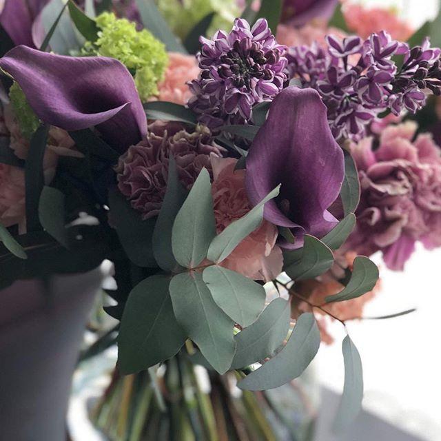 La vie en violet 💜🍃✨ Réalisation du jour. Très beau week-end ensoleillé à tous et à toutes ! #fleurs #fleuriste #flower #florist #paris #ilovemyjob #picsoftheday #calla #purple #green #ilovepurple #bouquet #sweetness #fun