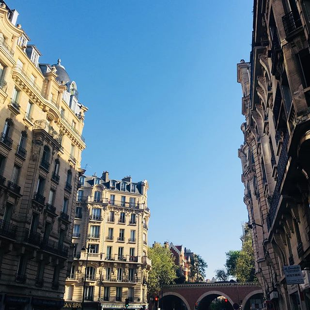 Paris je t'aime ❤️☀️🌷 Très beau week-end à tous et à toutes sous le soleil d'Avril. #paris #picsofday #morning #weekend #sweetness #happy #happytime #flowers #fleurs #florist #fleuriste #ilovemyjob #sun #sky #bluesky #sunrise #haussmann #paris12 #paris11 #couleeverte