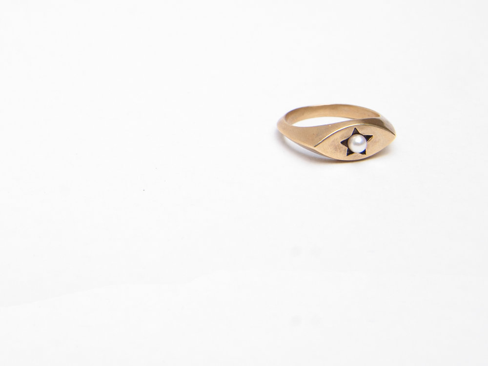 Star Signet Ring in brass with an Akoya pearl.