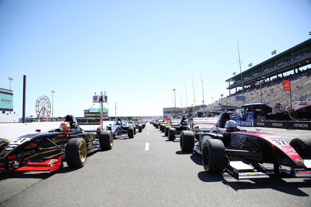 Bruno Carneiro shares the front row with Joseph Burton Harris at the start of the 2016 Formula Car Challenge during the Indycar weekend (Sep.2016)