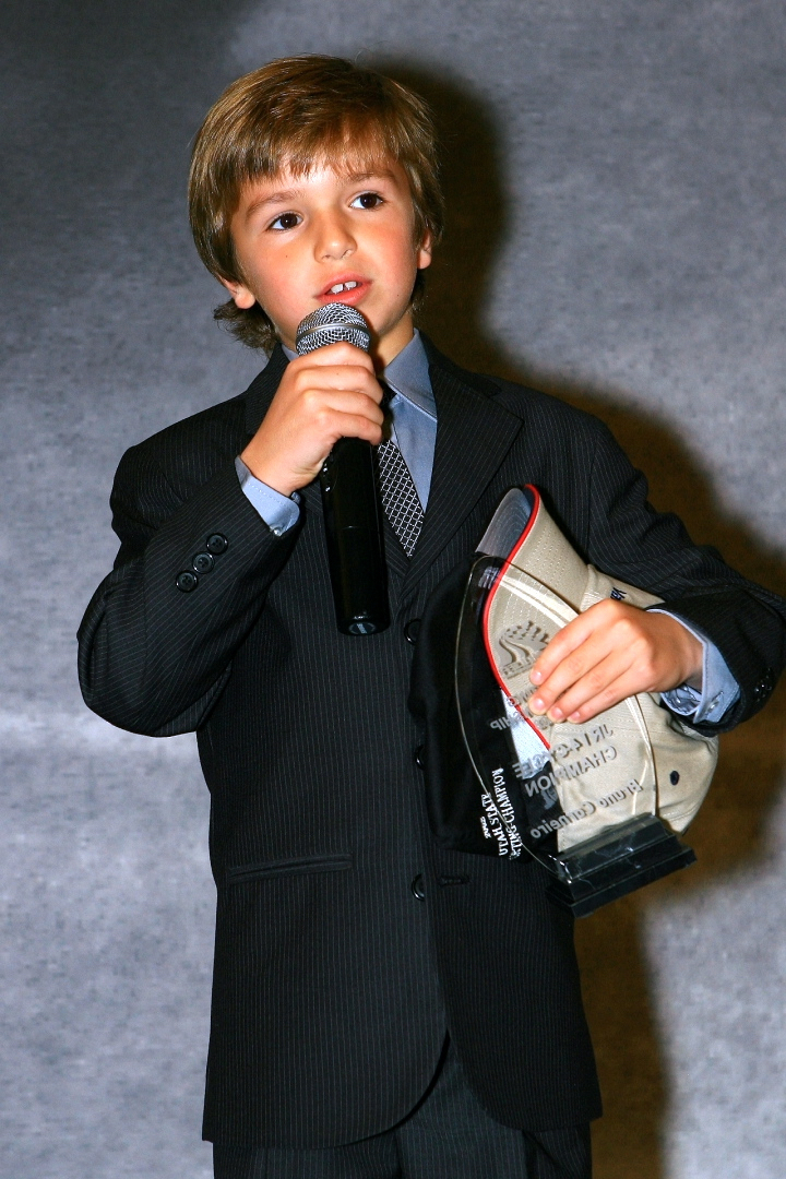 Bruno Carneiro receives his Championship Trophy. (Nov. 2008)
