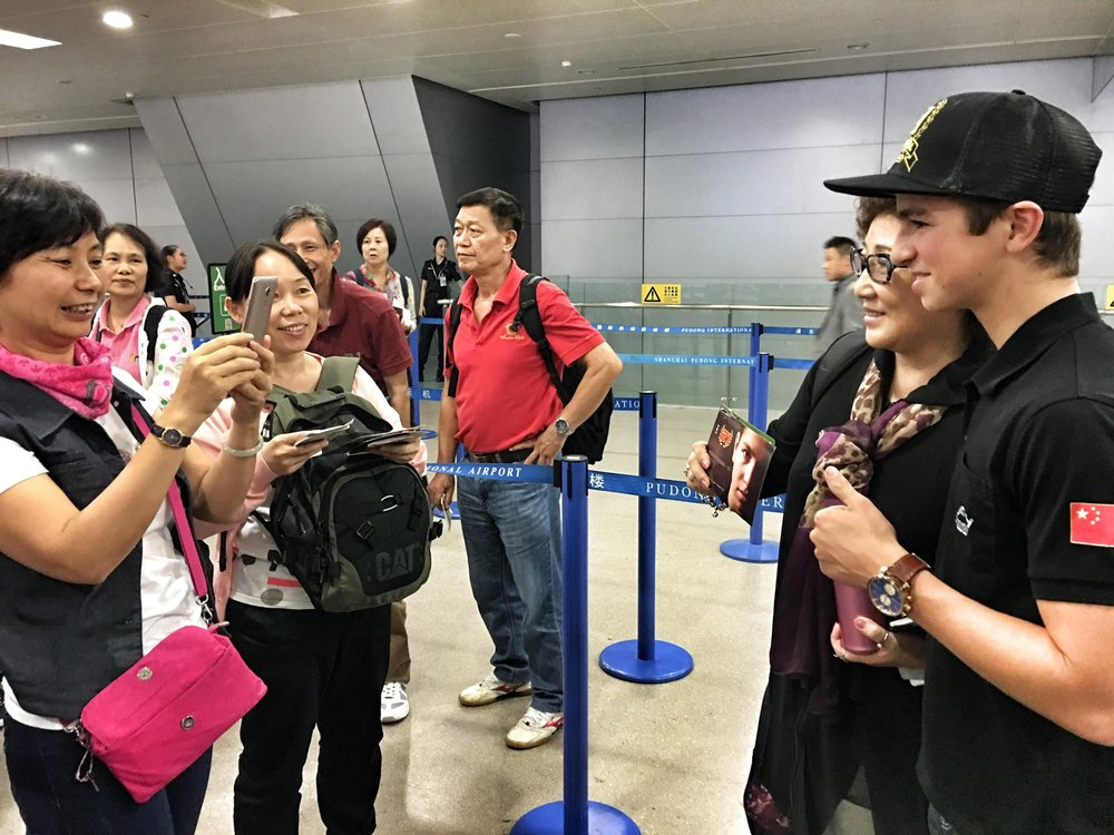 Bruno Carneiro takes pictures with fans before flying back home from Shanghai International Airport in China. Photo by Luigi Carneiro