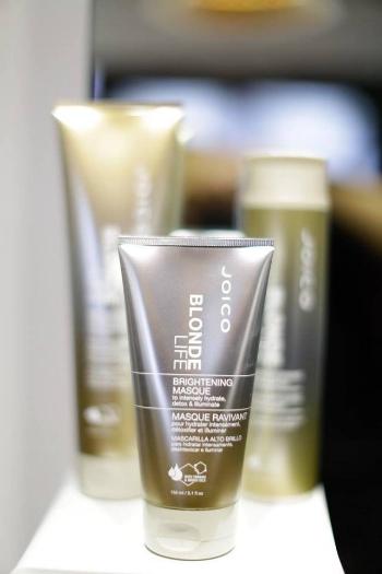 Brightening Masque   Dit masker zorgt voor direct  gehydrateerde, zachte en stralende blonde lokken  doordat het chloor neutraliseert en slechte mineralen verwijderd. Het voorkomt dat perfect blond haar dof en gelig wordt. Gebruik voor het beste resultaat het Blonde Life Masque 3x per week als aanvulling op de Brightening Shampoo & Conditioner. VK €27,50