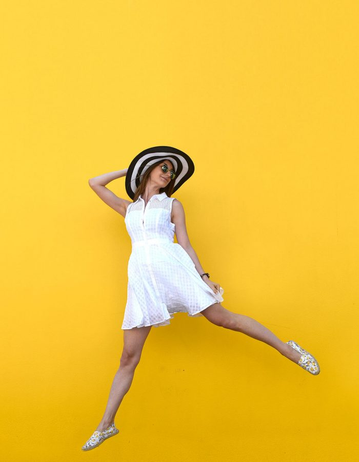 easy-summer-outfit-white-sundress-straw-hat-07