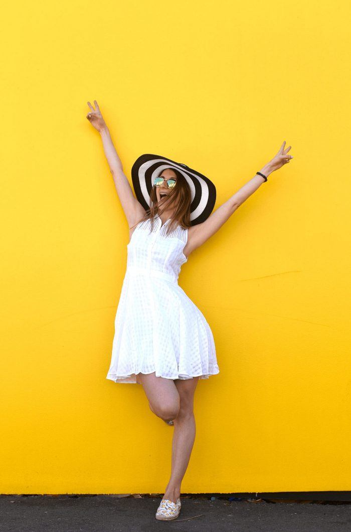 easy-summer-outfit-white-sundress-straw-hat-04